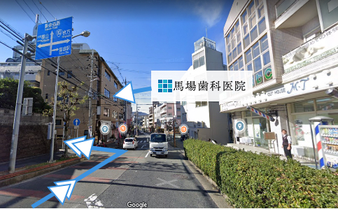 当院の入るビル手前の角を左折